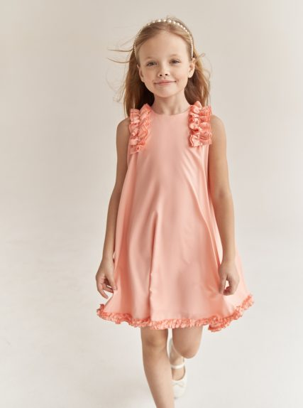 Платье с рюшами персиковое